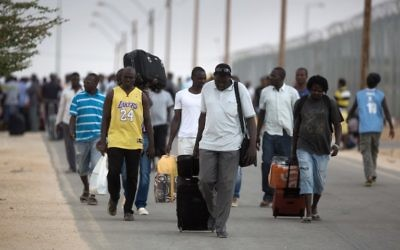 Des migrants clandestins africains après leur libération du centre de détention de Holot, dans le désert du Néguev en Israël, le 25 août 2015. (Crédit : Menahem Kahana/AFP)
