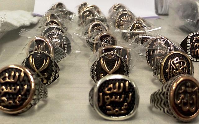 Des bagues de l'EI découvertes par les douanes à l'aéroport international Ben Gurion (Crédit : autorités douanières d'Israël)