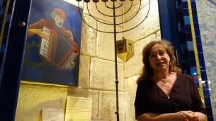 Florence Kahn devant sa boulangerie rue des Rosiers, dans le quartier juif du Marais. (Crédit : Greg Scrugg/The Times of Israel)