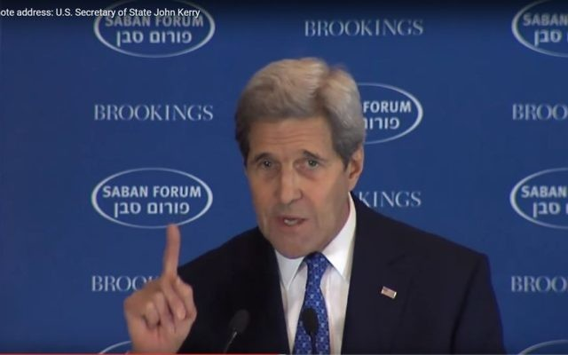John Kerry au Forum Saban, le 5 décembre 2015 (Crédit : capture d'écran YouTube)