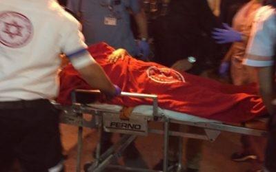 Des secouristes prodiguent des soins médicaux aux victimes blessées dans une attaque au couteau à Kiryat Gat, le 21 novembre 2015 (Photo: Magen David Adom)