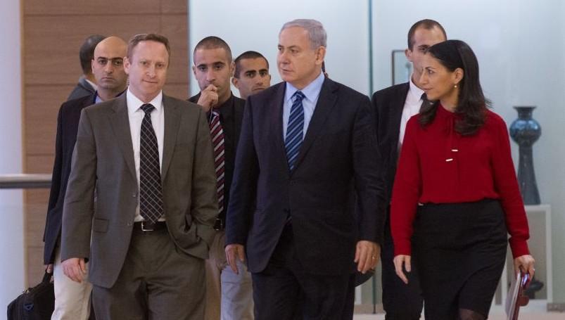 Le Premier ministre Benjamin Netanyahu entouré de son ancien chef de cabinet Ari Harow et de son ancienne conseillère parlementaire Perach Lerner, le 24 novembre 2014. (Crédit : Miriam Alster/Flash90)