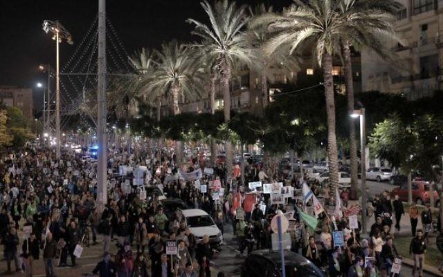"""Des manifestants de gauche défilent à Tel Aviv pour protester contre """"l'incitation de la droite"""", le 19 décembre 2015 (Crédit photo: Tomer Neuberg / Flash90)"""
