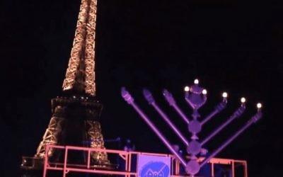 Cérémonie d'allumage de la menorah devant la Tour Eiffel en 2013 (Capture d'écran YouTube )