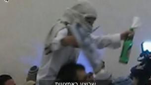 Un des invités d'extrême droite à un mariage célèbre l'assassinat de la famille Dawabsha (Capture d'écran: Dixième chaîne)
