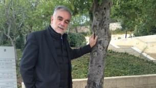 Luis Moreno Ocampo, ancien procureur en chef de la CPI, visite le musée de l'Holocauste Yad Vashem à Jérusalem, décembre 2015 (Crédit : courtoisie de la fondation Gal)