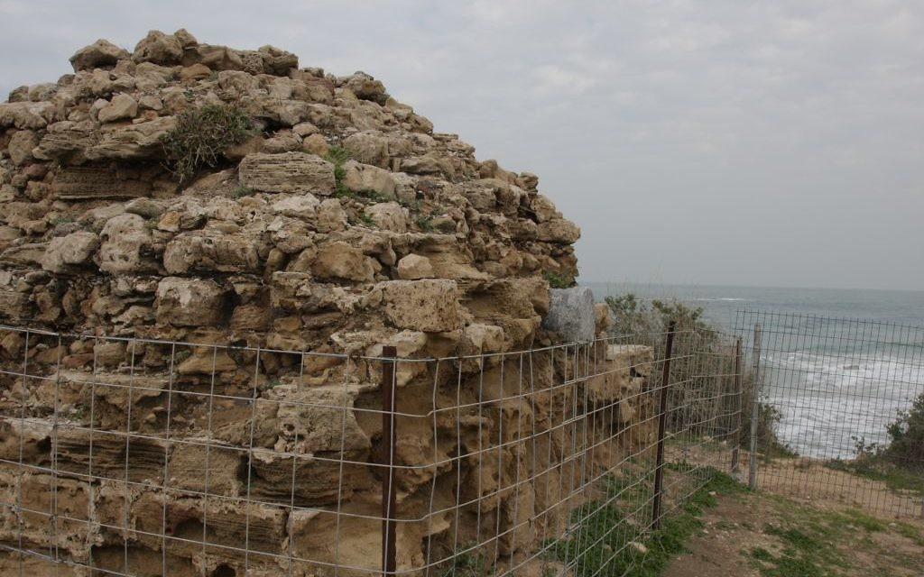 Les restes d'une forteresse musulmane à Tel Yavne Yam (Crédit : Shmuel Bar-Am)