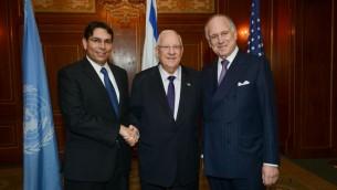 L'ambassadeur Danon, le président Rivlin, et M. Lauder. (Crédit : Shahar Azran)