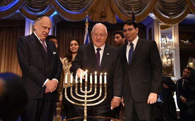M. Lauder, le président Rivlin, et l'ambassadeur Danon allument les bougies de Hanoukka. (Crédit: Bryan Bedder/Getty images pour Ronald S. Lauder)