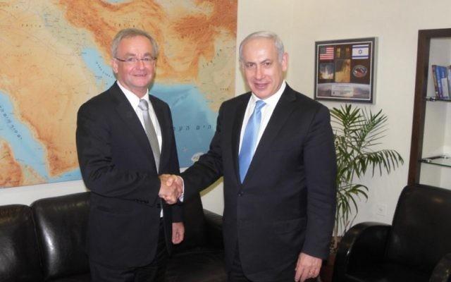 Benjamin Netanyahu et l'expert en renseignement allemand Gerhard Conrad (Crédit : bureau du Premier ministre)