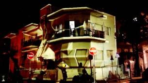 Des installations lumineuses utilisent les constructions uniques du sud de Tel Aviv. (Crédit : autorisation Kfir Sivan/Tel Aviv Municipality)