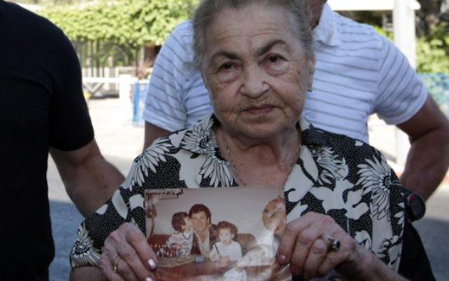 Nina Keren, 82 ans, la mère de Danny Haran et la grand-mère d'Einat - qui ont été assassinés par Samir Kuntar qui a fait irruption dans leur maison à Nahariya en 1982 et leur a tiré dessus- tient une photo de son fils et de sa petite-fille, le 15 juillet 2008 (Crédit photo: Kobi Gideon / Flash90)