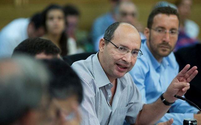 Le président du syndicat Histadrout, Avi Nissenkorn, (au centre) s'adressant à la Knesset le 30 août 2015 (Crédit : Yonatan Sindel / Flash90)