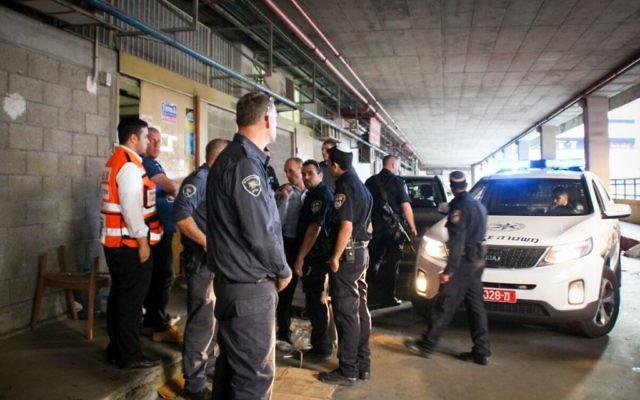 Des policiers israéliens sur  la scène où deux Israéliens ont été tués dans une attaque au couteau par un terroriste palestinien dans le bâtiment Panorama du sud de Tel Aviv, le 19 novembre 2015. (Crédit : Moti Karelitz/Zala Tel Aviv)