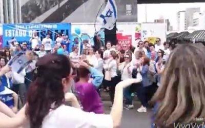 Capture d'écran d'un rassemblement de soutien à Israël à Sao Paulo, au Brésil, le 8 novembre 2015 (Crédit : capture d'écran : YouTube)