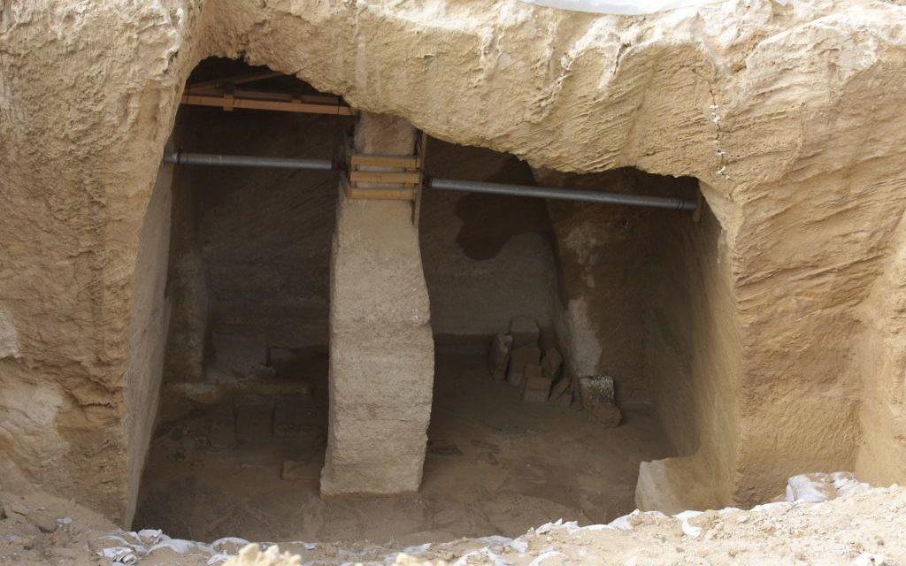 La grotte d'une carrière de Palmachim (Crédit : Shmuel Bar-Am)