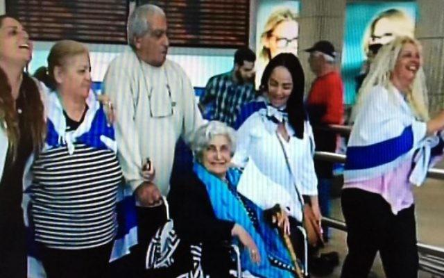 Rachel Elkayam avec sa famille à l'aéroport Ben Gourion, Décembre 2015 (Capture d'écran Deuxième chaîne)