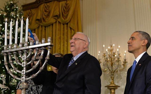 Le président Reuven Rivlin allumant la menorah de Hanoukka , à la Maison Blanche, le mercredi 9 décembre 2015. (Crédit photo: Kobi Gidon / GPO)