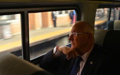 Le président israélien Reuven Rivlin dans le train entre New York et Washington DC, le 8 décembre 2015. (Crédit : Kobi Gideon/GPO)