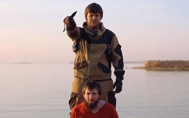 Une vidéo de l'Etat islamique montre l'exécution d'un présumé espion russe  (Crédit  : Capture d'écran YouTube)