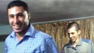 Le terroriste du Hamas Abd al-Rahman al-Mubashar et le soldat de Tsahal captif Gilad Shalit dans une photographie non datée publiée par le Hamas le 30 décembre 2015 (Capture d'écran: YouTube / itonline2012)