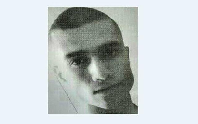 Le soldat Menachem Mendel 'Mendy' Mazryova, 19 ans, de Bat Yam qui a disparu, est décrit comme étant maigre et fait une taille d'1 mètre 76, avec des cheveux noirs et les yeux bruns (Crédit : Israël Police / Facebook)