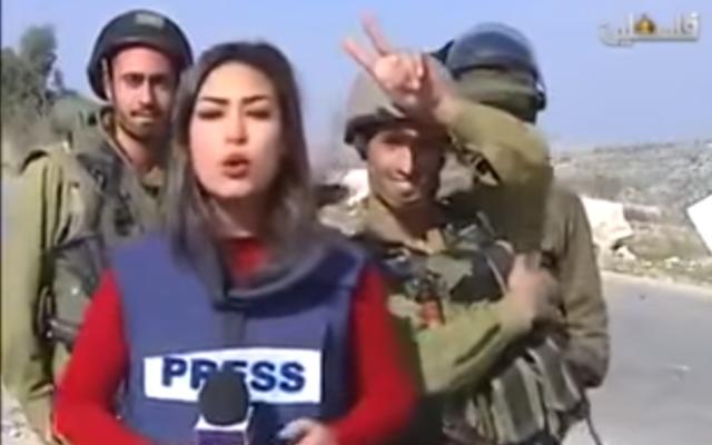 Des soldats israéliens perturbent le reportage en direct de la journaliste palestinienne Sara Al-Azra, le 14 décembre 2015. (Crédit : capture d'écran YouTube)