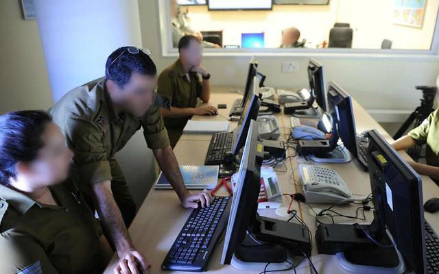 Roim Rachok aide les personnes autistes à intégrer l'armée israélienne et leur permet de servir à des positions clés (Crédit : Autorisation de l'armée israélienne)