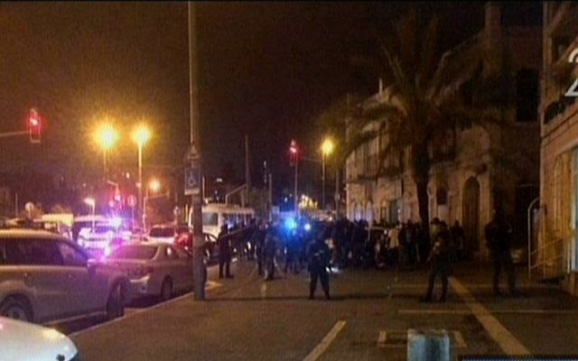La police sur les lieux d'une attaque au couteau à l'extérieur de la Vieille Ville de Jérusalem, le jeudi 3 décembre 2015 (Crédit : Capture d'écran Deuxième chaîne)