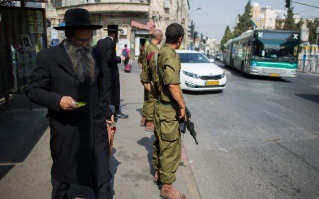 Des soldats israéliens montent la garde à un arrêt d'autobus dans le quartier ultra-orthodoxe de Mea Shearim à Jérusalem le 19 octobre 2015 (Crédit photo: Yonatan Sindel / Flash90)