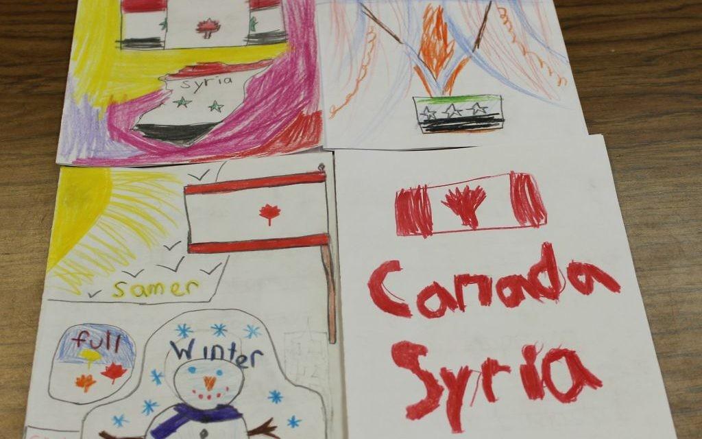 Des cartes pour accueillir les réfugiés syriens créées par les écoliers de l'école juive Paul Penna Downtown de Toronto, décembre 2015. (Crédit : courtoisie)