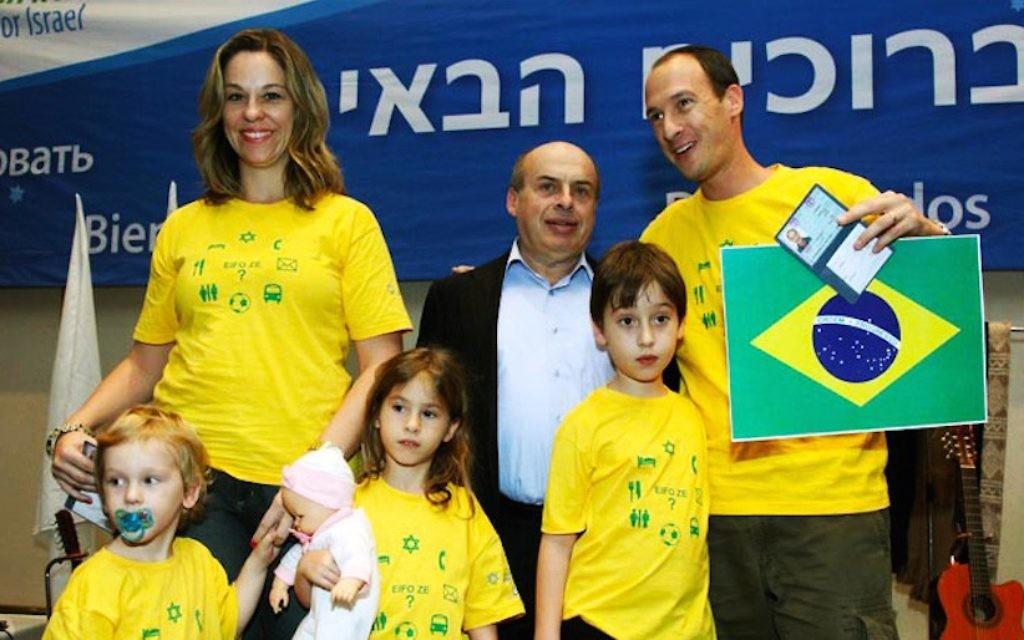 La famille Teitelbaum accueillie en Israël par le président de l'Agence Juive, Nathan Sharansky, en 2010 (Crédit : Autorisation de la famille Teitelbaum)