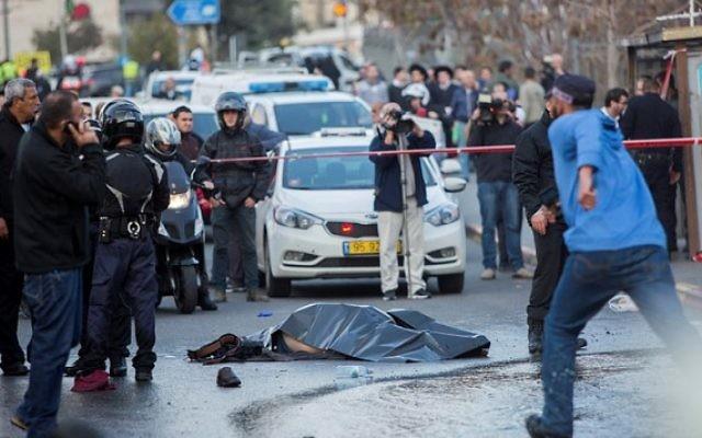 Le corps du terroriste palestinien qui a été abattu par des agents de sécurité israéliens lors d'un attentat à l'entrée de Jérusalem, le 14 décembre 2015, où 14 personnes, dont un bébé, ont été blessées  (Crédit photo: Yonatan Sindel / Flash90)