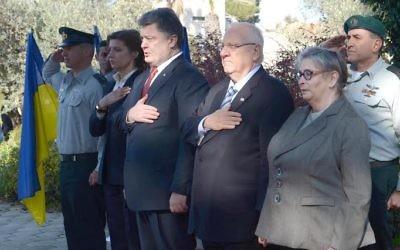 Le président ukrainien Petro Porochenko et Reuven Rivlin et Nechama Rivlin -  le 22 décembre 2015 à Jérusalem (Crédit : Mark Neyman/GPO)