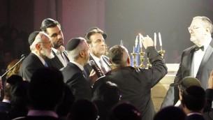 Quatrième allumage des bougies de Hanoukka au concert à la synagogue de la Victoire dédié aux victimes des attentats de l'Hyper Cacher de Vincennes, le 9 janvier dernier - 9 décembre 201( (Crédit : Eva Tapiero/Times of Israel)