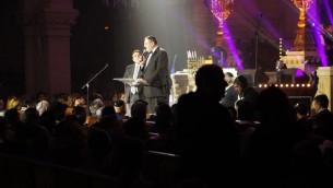 Joel Mergui (D) et Nachum Segal au concert à la synagogue de la Victoire dédié aux victimes des attentats de l'Hyper Cacher de Vincennes, le 9 janvier dernier - 9 décembre 201( (Crédit : Eva Tapiero/Times of Israel)