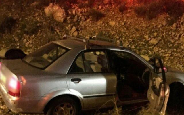 Une voiture qui a percuté le côté de la route après avoir avoir été la cible de tirs à proximité de l'implantation d'Avnei Hefetz en Cisjordanie le 9 décembre 2015. (PhotoL Magen David Adom)