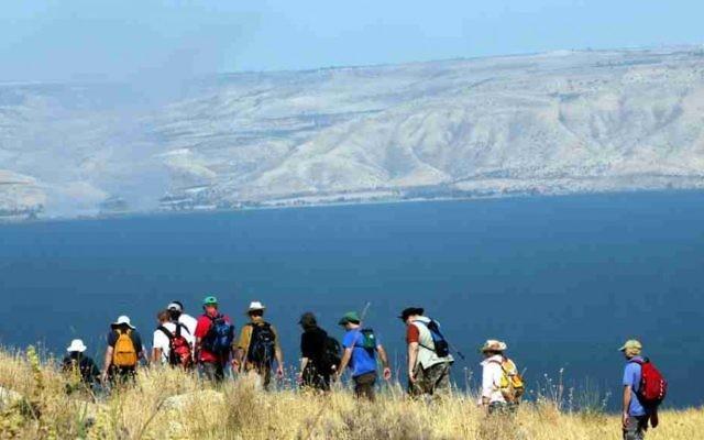 Des randonneurs surplombant la mer de Galilée (Crédit : Flash 90)