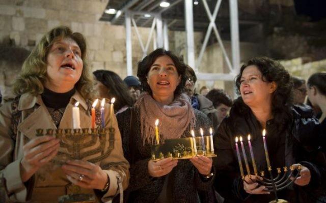 Anat Hoffman, à gauche, présidente des Femmes du Mur, avec les députées du Meretz Tamar Zandberg, au centre, et Michal Rozin, pendant une cérémonie privée d'allumage de bougies au 3e soir de Hanoukka, au mur Occidental, dans la Vieille Ville de Jérusalem , le 18 décembre 2014. (Crédit : Danielle Shitrit/Flash90)