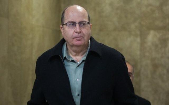 Le ministre de la Défense Moshé Yaalon arrive à la réunion hebdomadaire du cabinet, au bureau du Premier ministre à Jérusalem, le 13 décembre 2015. (Crédit : Yonatan Sindel/Flash90)