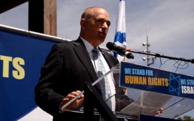 L'Ambassadeur d'Israël en Suisse Yigal Caspi parle lors d'un rassemblement pro-israélien à Genève en juillet 2015 (Capture d'écran: YouTube)