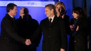 Le Premier ministre français Manuel Valls (G) serre la main de l'ancien président français Nicolas Sarkozy (C) à côté du président du Crif Roger Cukierman (2e g), la maire Anne Hidalgo de Paris (d) et la présidente du conseil régional de l'Ile-de-France, Valérie Pécresse le 9 janvier 2016 près de l'Hyper Cacher (Crédit : AFP / POOL / JACQUES DEMARTHON)