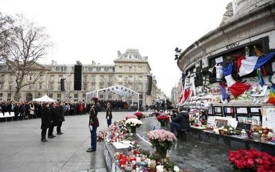 (De g à d) La maire de Paris Anne Hidalgo, le président français François Hollande et le Premier ministre français Manuel Valls participent à un rassemblement du souvenir sur la Place de la République, le 10 Janvier 2016 pour commémorer les victimes du terrorisme de cette sanglante année 2015 (Crédit : YOAN VALAT / POOL / AFP)