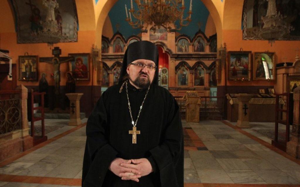 Père Eliseev, l'un des six prêtres russes vivant dans la ville de Hébron, -le 6 janvier 2016 (Crédit : AFP / HAZEM BADER)