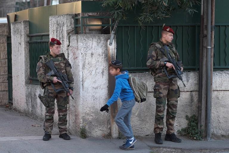 Des soldats français armés sécurisant l'accès de l'école juive  'La Source' à Marseille, dans sud de la France, le 12 janvier 2016 (Crédit : AFP / BORIS HORVAT)