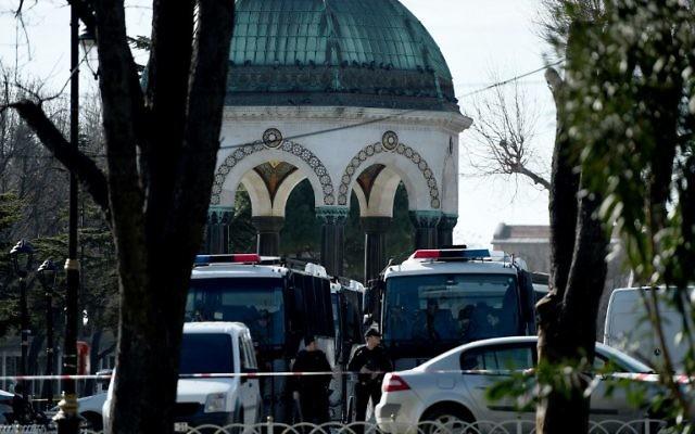 La police turque bloquant l'accès à la zone de la Mosquée bleue le 12 janvier 2016, après une explosion dans le centre touristique de Sultanahmet à Istanbul qui a fait 10 morts et 15 blessés dans une attaque terroriste présumé le 12 janvier dans le principal centre touristique de grande ville de Turquie, Istanbul (Crédit : AFP / OZAN KOSE)