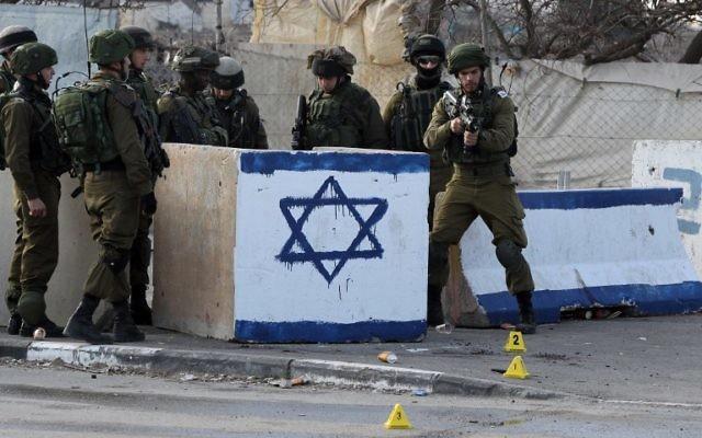 Des soldats israéliens à la jonction de Beit Hanoun près de Hébron, le 12 janvier 2016. (Crédit : AFP / HAZEM BADER)