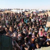 Les réfugiés syriens, bloqués entre les frontières jordaniennes et syriennes, qui attendent pour traverser en Jordanie, au passage de la frontière de Hadalat, à l'est de la capitale jordanienne Amman, le 14 janvier 2016 (Crédit : AFP / KHALIL Mazraani)