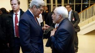;Le secrétaire d'Etat américain John Kerry (à gauche) avec le ministre iranien des Affaires étrangères Mohammad Javad Zarif après que l'Agence internationale de l'énergie atomique (AIEA) a vérifié que l'Iran a respecté toutes les conditions de l'accord nucléaire,  à Vienne le 16 janvier 2016 (Crédit : AFP / POOL / KEVIN LAMARQUE)