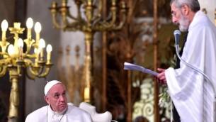François regarde le grand rabbin Riccardo Di Segni à la synagogue principale de Rome, le 17 janvier 2016.(Crédit : AFP PHOTO / VINCENZO PINTO)
